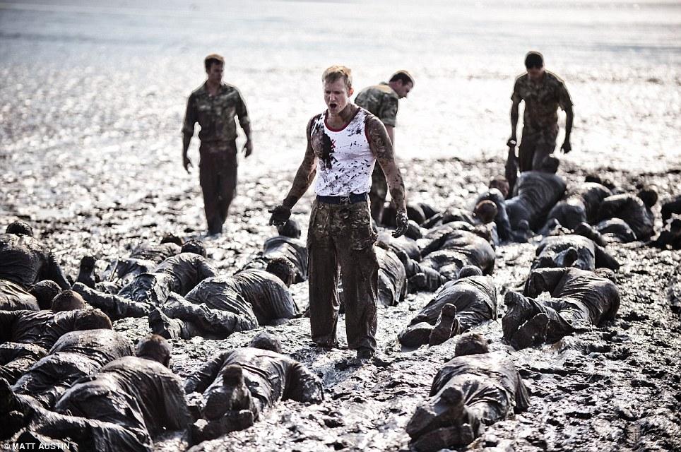 Рекруты Королевской морской пехоты ползут вгрязи (устье реки Эксе, Девон). «Грязевое испытание» является самой страшной частью длярекрутов ивсего курса Royal Marines.