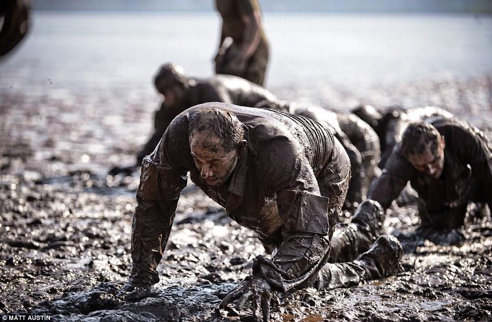 Под криками инструкторов полностью покрытые липкой грязью рекруты должны ползти повязкой жиже.